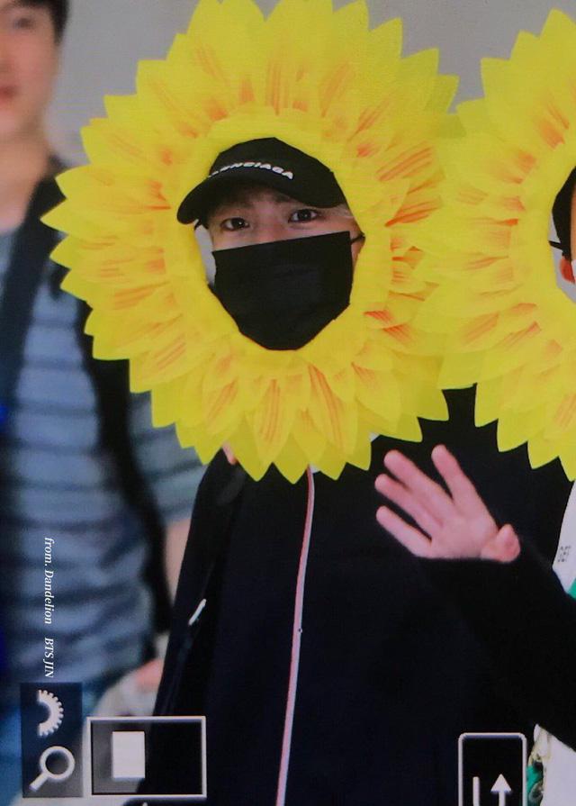 BTS gây choáng với thời trang kiểu... hoa hướng dương - Ảnh 2.