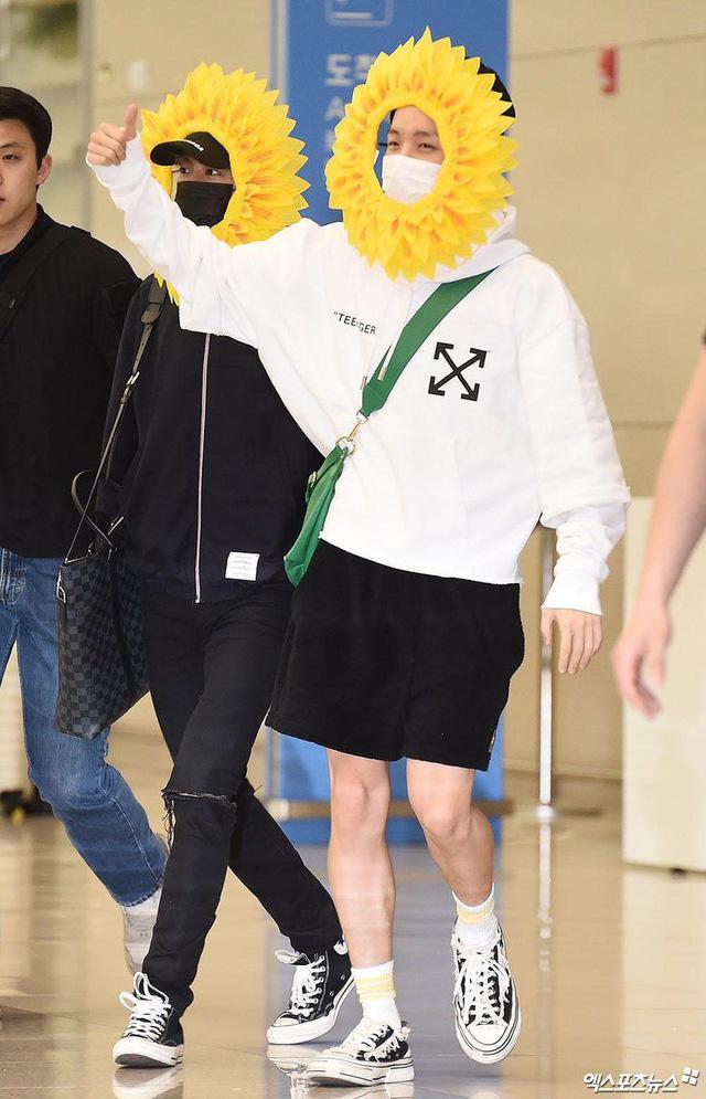 BTS gây choáng với thời trang kiểu... hoa hướng dương - Ảnh 3.