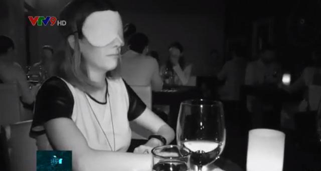 Kỳ lạ nhà hàng mò mẫm ăn trong bóng tối - Ảnh 1.