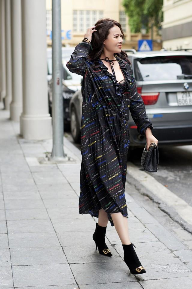 Bí quyết mix đồ dù giản dị vẫn vô cùng quyến rũ của Mrs Vietnam 2018 Trần Hiền - ảnh 1