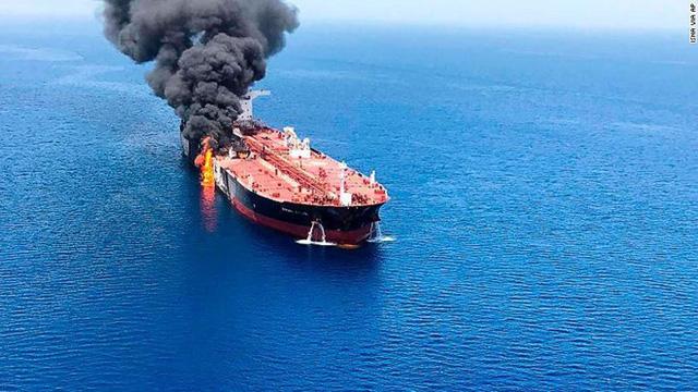 Mỹ công bố video cáo buộc Iran gỡ mìn chưa nổ khỏi tàu chở dầu bị tấn công - Ảnh 1.
