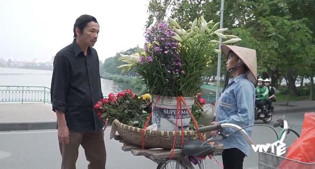 Về nhà đi con - Tập 45: Ông Sơn và cô bán hoa bắt đầu... tìm hiểu nhau? - ảnh 1