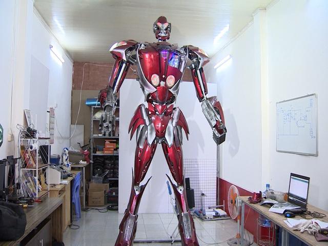 Robot được chế tạo từ phế liệu - Ảnh 1.