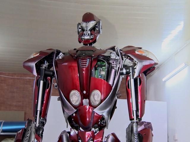 Robot được chế tạo từ phế liệu - Ảnh 2.