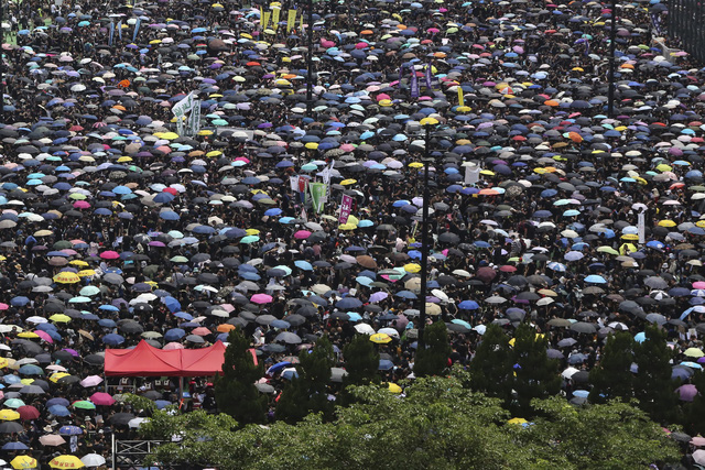 Trung Quốc ủng hộ Hong Kong đình chỉ dự luật dẫn độ - Ảnh 1.