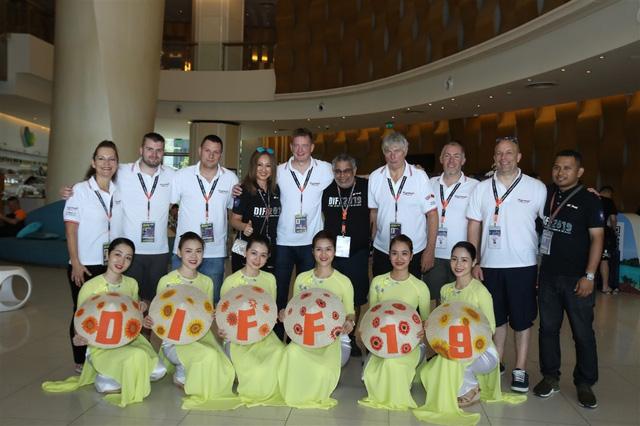 Đội Anh và Trung Quốc đã sẵn sàng cho đêm thi Sắc màu tại Lễ hội Pháo hoa quốc tế Đà Nẵng 2019 - Ảnh 2.