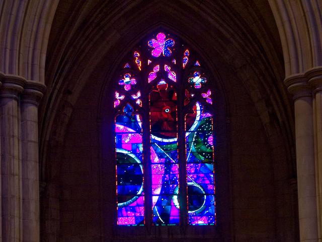 Cửa sổ nhà thờ đính đá Mặt trăng 3,6 tỷ năm tuổi - Ảnh 1.