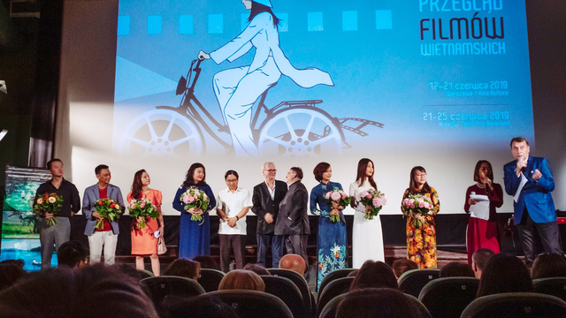 """Diễm My 9X diện áo dài trắng tinh khôi, """"bắn"""" tiếng Anh như gió ở Tuần lễ phim Việt Nam tại Ba Lan - Ảnh 2."""