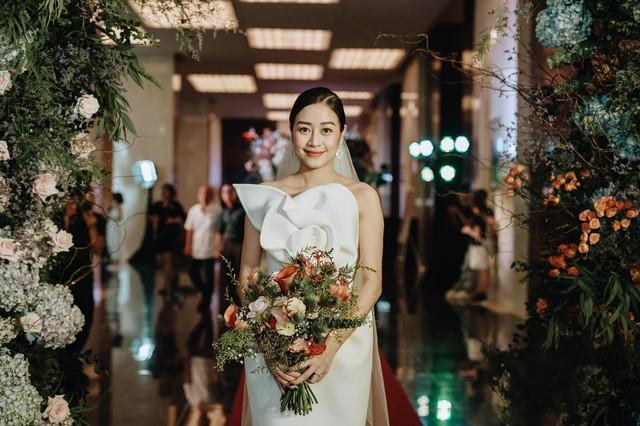 Ngắm cô dâu Phí Linh đẹp dịu dàng trong ngày trọng đại - Ảnh 1.