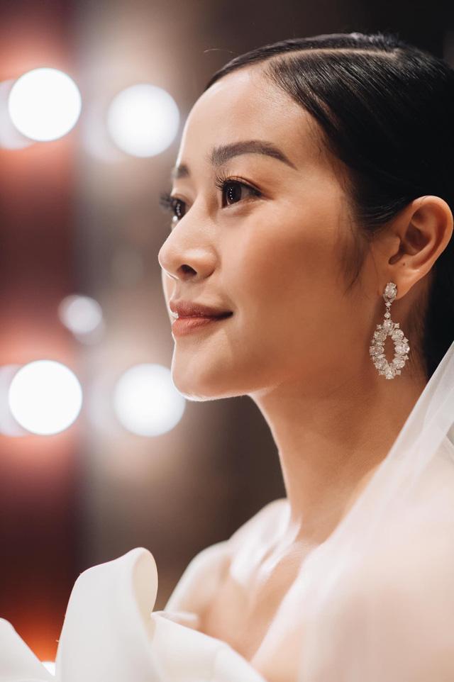 Ngắm cô dâu Phí Linh đẹp dịu dàng trong ngày trọng đại - Ảnh 3.