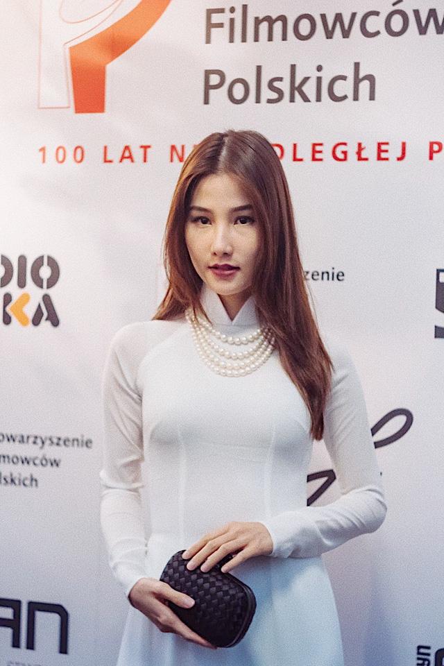 """Diễm My 9X diện áo dài trắng tinh khôi, """"bắn"""" tiếng Anh như gió ở Tuần lễ phim Việt Nam tại Ba Lan - Ảnh 1."""