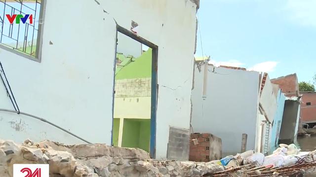 Hàng loạt ngôi nhà ở Long An bị nhấn chìm do sạt lở - Ảnh 1.