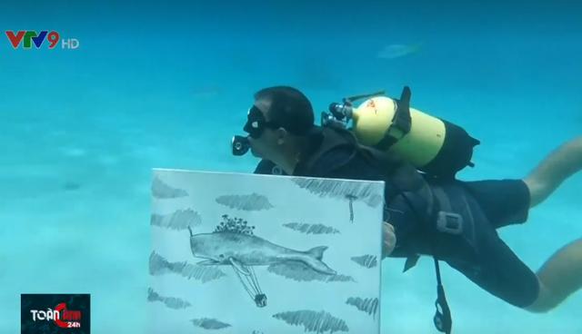 Vẽ tranh ở độ sâu 6m dưới mặt nước biển - Ảnh 2.