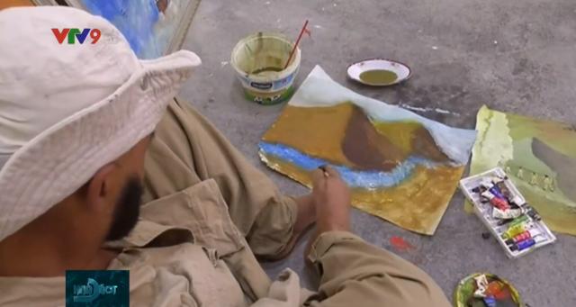 Họa sỹ Iraq vẽ tranh bằng chân - Ảnh 1.