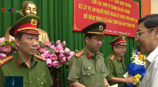 Khen thưởng Công an TP.HCM phá băng nhóm người Trung Quốc lừa đảo công nghệ cao - Ảnh 2.