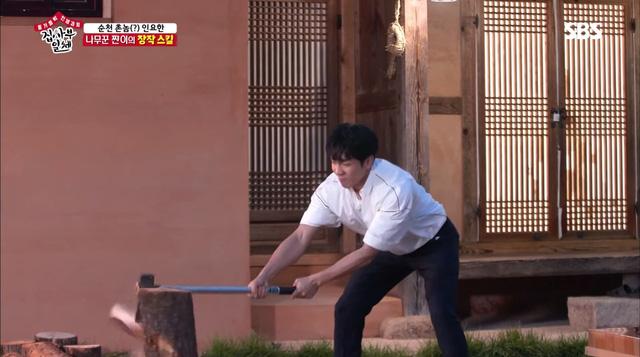 Lee Sung Gi khoe tài bổ củi trong chương trình Master in the House - Ảnh 2.