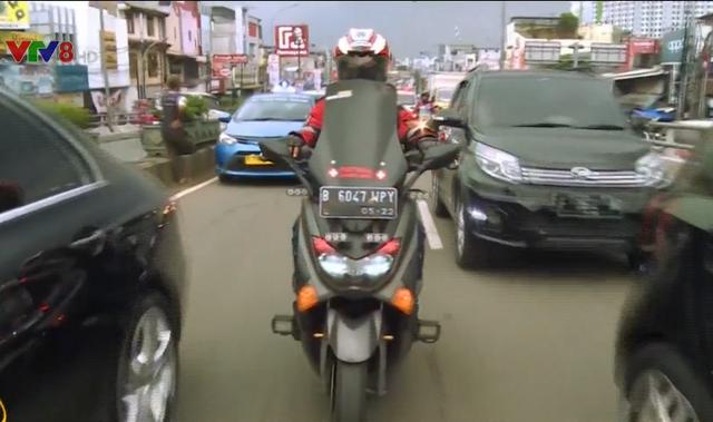 Đội mô tô giải cứu xe cứu thương tại Indonesia - Ảnh 1.