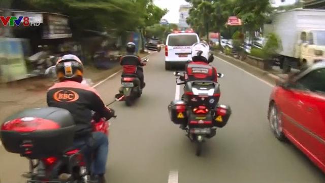 Đội mô tô giải cứu xe cứu thương tại Indonesia - Ảnh 2.