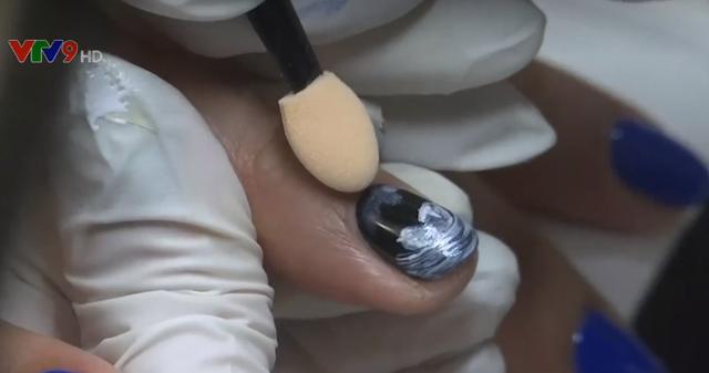 Vẽ hình em bé trong bụng mẹ lên móng tay - Ảnh 1.