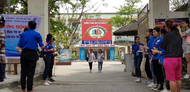 Những màu áo xanh không thể vắng bóng tại kỳ thi THPT quốc gia - Ảnh 4.
