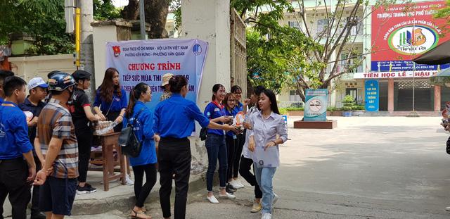 Những màu áo xanh không thể vắng bóng tại kỳ thi THPT quốc gia - Ảnh 5.