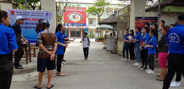 Những màu áo xanh không thể vắng bóng tại kỳ thi THPT quốc gia - Ảnh 6.