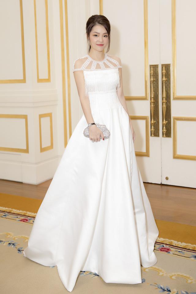 Dương Cẩm Lynh dịu dàng khi diện váy cưới - Ảnh 1.