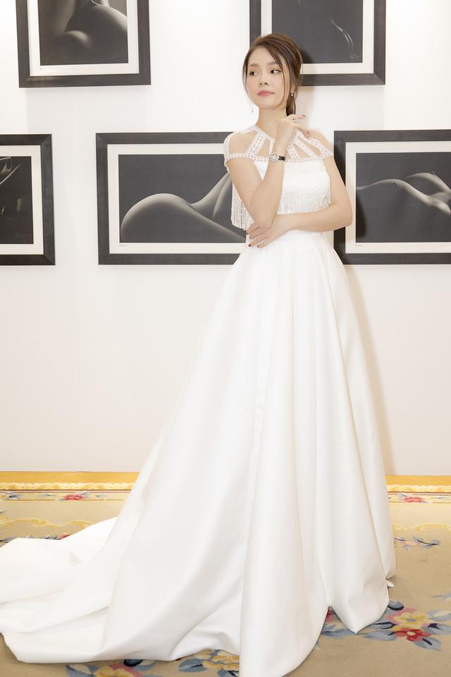 Dương Cẩm Lynh dịu dàng khi diện váy cưới - Ảnh 7.