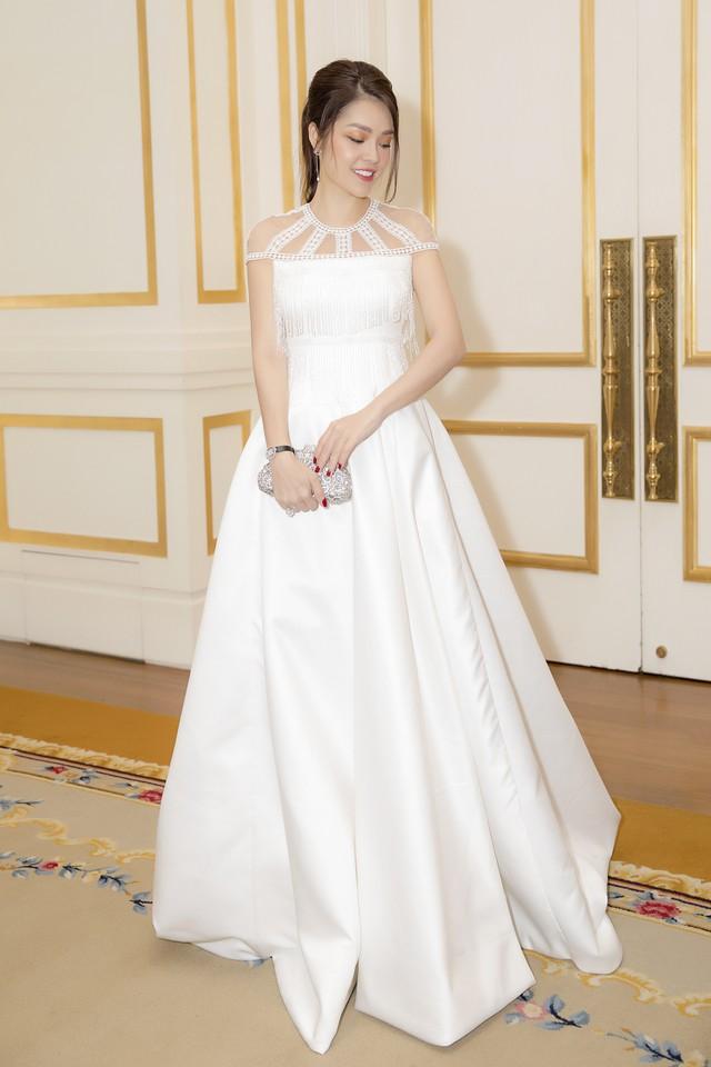 Dương Cẩm Lynh dịu dàng khi diện váy cưới - Ảnh 2.