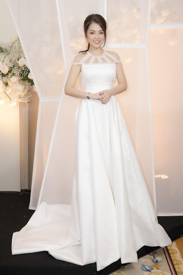 Dương Cẩm Lynh dịu dàng khi diện váy cưới - Ảnh 3.