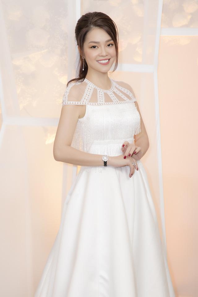 Dương Cẩm Lynh dịu dàng khi diện váy cưới - Ảnh 4.