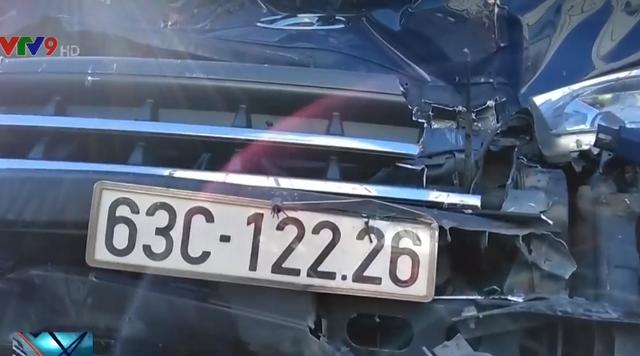 Tông vào xe đầu kéo, tài xế xe tải thoát chết ngoạn mục - Ảnh 1.