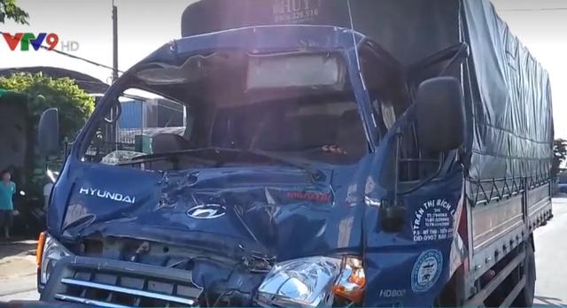 Tông vào xe đầu kéo, tài xế xe tải thoát chết ngoạn mục - Ảnh 2.