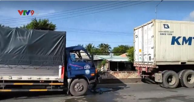 Tông vào xe đầu kéo, tài xế xe tải thoát chết ngoạn mục - Ảnh 3.