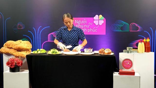 Bà Tân Vlog trổ tài làm bánh mì siêu cay khổng lồ trên sóng truyền hình - ảnh 1