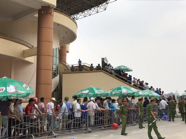 ẢNH: Hàng dài người xếp hàng chờ mua vé U23 Việt Nam – U23 Myanmar - Ảnh 2.