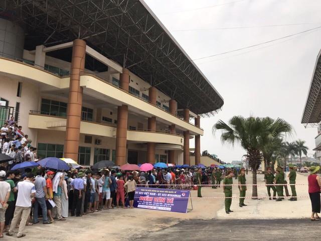 ẢNH: Hàng dài người xếp hàng chờ mua vé U23 Việt Nam – U23 Myanmar - Ảnh 1.