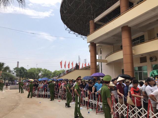 ẢNH: Hàng dài người xếp hàng chờ mua vé U23 Việt Nam – U23 Myanmar - Ảnh 11.