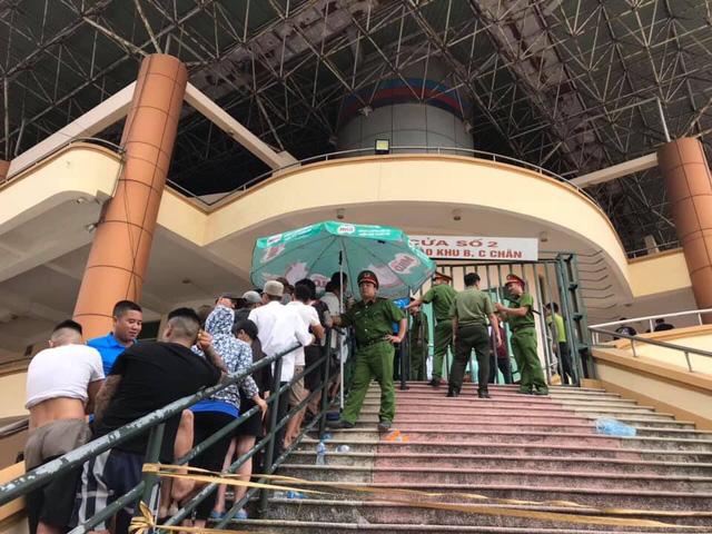 ẢNH: Hàng dài người xếp hàng chờ mua vé U23 Việt Nam – U23 Myanmar - Ảnh 10.