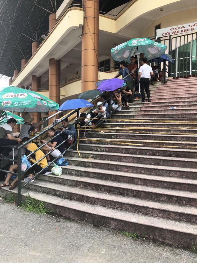 ẢNH: Hàng dài người xếp hàng chờ mua vé U23 Việt Nam – U23 Myanmar - Ảnh 7.