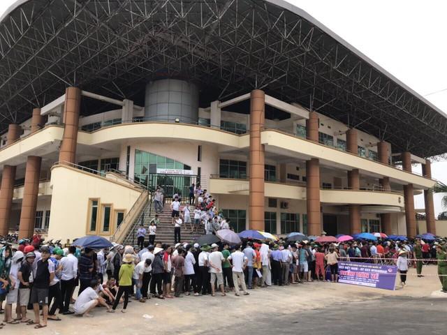 ẢNH: Hàng dài người xếp hàng chờ mua vé U23 Việt Nam – U23 Myanmar - Ảnh 4.
