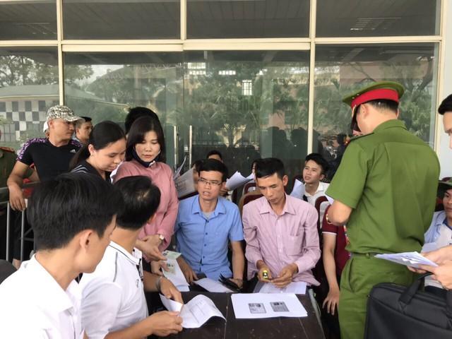 ẢNH: Hàng dài người xếp hàng chờ mua vé U23 Việt Nam – U23 Myanmar - Ảnh 3.