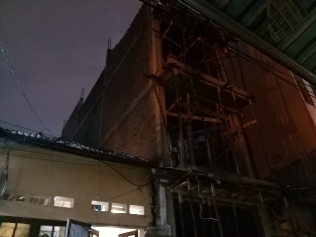 Sập tường nhà đang xây, một người bị thương nặng ở đầu - Ảnh 2.