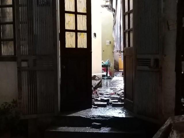 Sập tường nhà đang xây, một người bị thương nặng ở đầu - Ảnh 1.