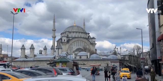 Phong cách kinh doanh đặc biệt tại ngôi chợ cổ 500 năm tuổi ở Thổ Nhĩ Kỳ - Ảnh 1.