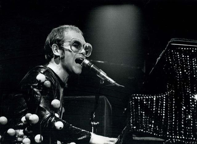 """""""Rocketman"""": Sự khác biệt giữa phim và đời thật của huyền thoại âm nhạc Elton John - Ảnh 1."""