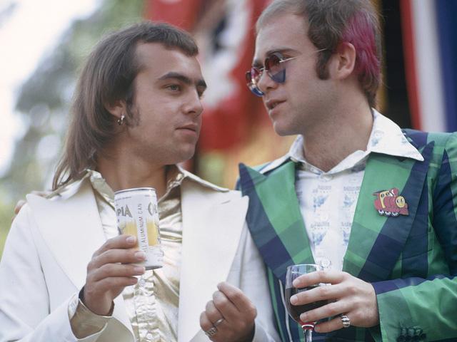 """""""Rocketman"""": Sự khác biệt giữa phim và đời thật của huyền thoại âm nhạc Elton John - Ảnh 3."""