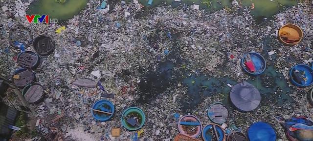 Nhiếp ảnh gia đi gần 7.000 km để chụp ảnh rác thải nhựa - Ảnh 1.