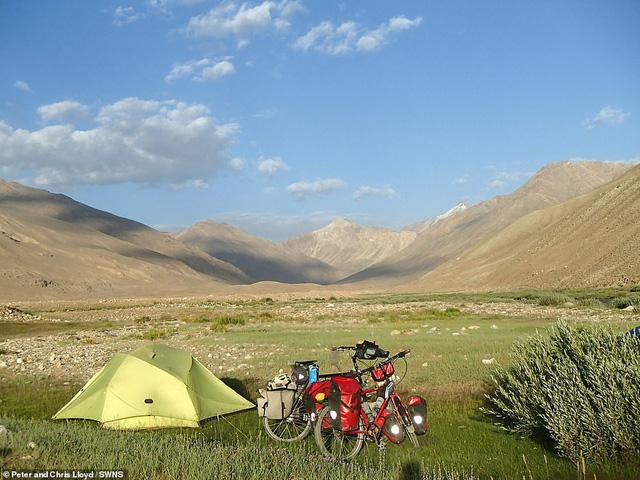 Cặp vợ chồng 60 tuổi đi du lịch 16 nước bằng xe đạp - Ảnh 2.