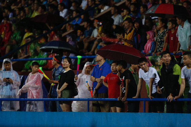 ẢNH: Khán giả cuồng nhiệt, đội mưa xem U23 Việt Nam - Ảnh 11.